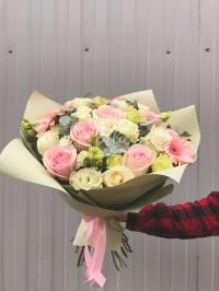 Букетом роз и гербер «Охапка счастья»